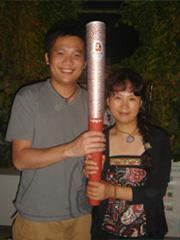 北京オリンピックで聖火ランナーに選ばれたヤン氏(右)と香港からの参加者(左)