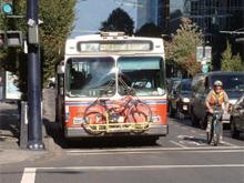 信号待ちをする自転車や路線バスなどは、それぞれに決められたレーンを走る。