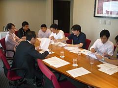 08年8月、東国原英夫・宮崎県知事と議論する PPIのメンバーたち