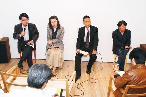 左から足立直樹氏、粟野美佳子氏、川廷昌弘氏、本誌編集長・森