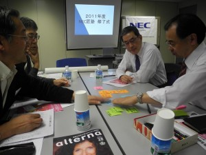 第一期「NEC匠塾」の最終回で、「自分への約束」を発表した参加者たち