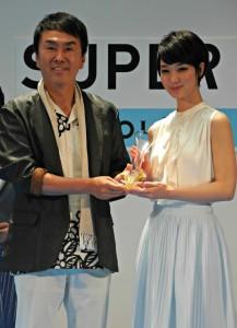 石原伸晃環境大臣と女優の剛力彩芽さん(2014年5月30日撮影)