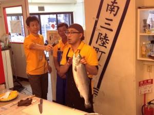 会場でギンザケをさばく山内鮮魚店3代目の山内洋平さん