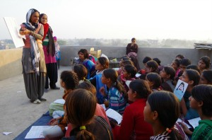 インドで少女たちに提供された初潮教育の現場