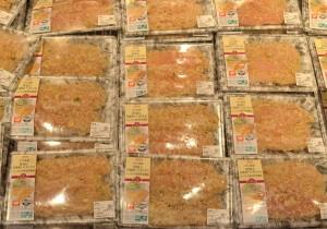 店頭に並んだパンガシウス商品の一例。「トップバリュ ASC認証 骨取り白身魚(パンガシウス)ムニエル香草野菜風味」2切れ入りで税込み398円