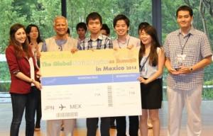 「ユヌス&ユース・ソーシャル・ビジネス・デザイン・コンテスト2014」で優勝したチーム「マイボ」とユヌス博士