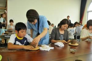 陶芸の手ほどきを受ける親子。荒浜地区交流センターで