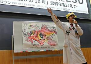 魚のイラストを描きながら、海の持続可能性を語るさかなクン