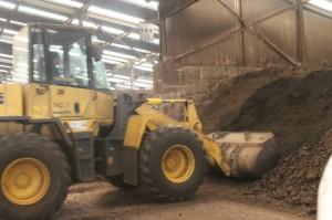 下水汚泥と副生バイオマスを混ぜ合わせ混合堆肥をつくる。S&K佐賀の堆肥化施設で
