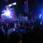 抗議は夜遅くまで続いた=30日夜、官邸前で