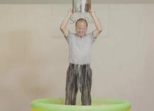 多くの有名人が、氷水をかぶる動画をフェイスブックで掲載している。写真は、ソフトバンクの孫正義社長