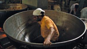 10万人分のカレーを調理する大鍋(映画「聖者たちの食卓」より)