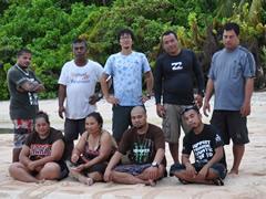 2014年4月、気候変動対策ワークショップのためパキン環礁へ(中央)