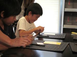 力の調整に苦心しながら、ナイフを使った鉛筆削りに挑戦する子どもたちのようす