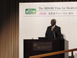 授賞式でのミニ講義をするアルフレッド・オテング=イエボア博士(ガーナ生物多様性委員会議長)