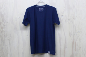 「久米繊維工業謹製 東北コットンプロジェクトTシャツ」(藍色)。旧式の吊編み機を使い、糸が空気を含むよう編み上げられた。カラーはオフホワイト、黒、藍色、草色、水色の5色。1枚4900円(税別)
