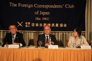(左から)会見するグリーンピースのヤン・ヴァンダ・プッタ氏、ハインツ・スミタル氏、鈴木かずえ氏=30日、都内で