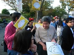 デモ会場には高畑勲氏(映画監督)の姿も=25日、東京・渋谷で