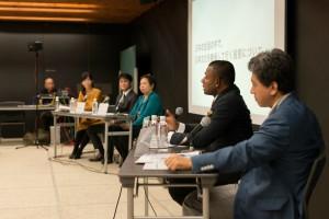 2015年4月に開設する龍谷大学国際学部に就任予定の教授陣とにしゃんた氏(写真右から2番目)