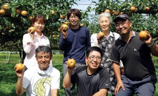 福島の梨農家の皆さん。梅津さん(中央)は高校卒業後、祖父母から引き継いだ梨畑で梨の栽培に携わって4年目