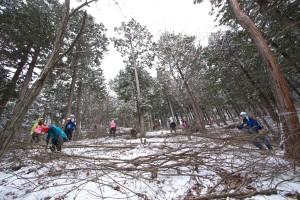 雪の中、東京から参加のボランティアたちによる作業。長野県佐久市で