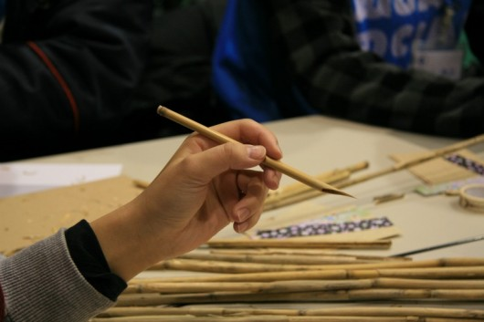 参加者がヨシで作ったペン