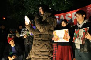官邸前で秘密保護法施行に抗議するSASPLの学生=10日夜