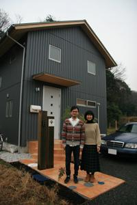佐藤さんご夫妻と住宅=横浜市内で