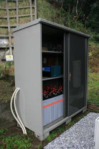 蓄電池と制御装置を屋外に収納