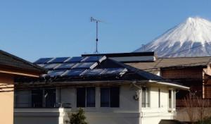 富士市内の住宅の屋根に設置された「太陽熱光ハイブリッドパネルシステム」(リクシル広報資料から引用)