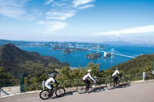 しまなみ海道を走るサイクリスト(「今治市観光地域おこし協力隊員」案内チラシから引用)