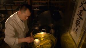 京都の料亭でだしをひく加藤宏幸さん