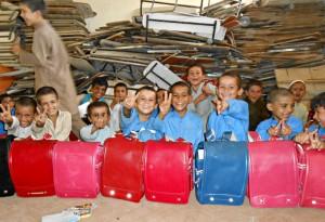 使用済みランドセルに文具を詰め、世界で最も物資が不足しているアフガニスタンの子どもたちにプレゼントしている(C)ジョイセフ