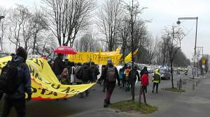 警察が先導し片側車線を歩くデモ行列-後方より撮影(ドイツ)