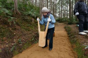 運んだ土が、雨で流れないように「たこ」とよばれる道具で押し固める
