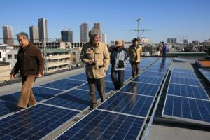 「原発ゼロ市民共同かわさき発電所」1号機。設置費用を市民出資で調達した=2月1日、川崎市内で