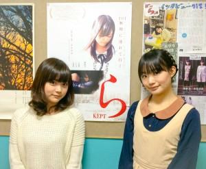 映画ポスターを前に。左から主演の加弥乃さん、水井さん