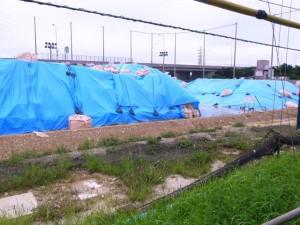 ドラム缶が相次いで発掘された沖縄市サッカー場。米軍嘉手納基地に隣接し、元は嘉手納基地の敷地だった=25日