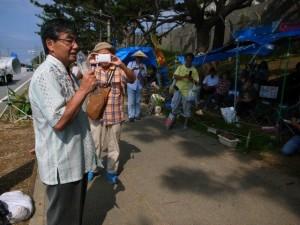 キャンプ・シュワブ前のテントを訪れた稲嶺進・名護市長=27日、沖縄・辺野古で