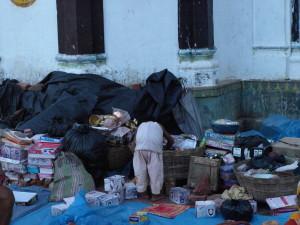 一生懸命に何かを探している露店で働く子ども(C)Save the Children