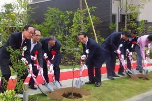 北村茂男環境副大臣、楠田幹人茨城県副知事、和田勇積水ハウス会長らによる植樹式(5月19日、開所式にて)