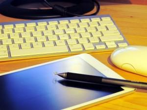 EメールやSNSはコストをあまりかけずに使用できるため、積極的に活用していきたいツールの一つだ