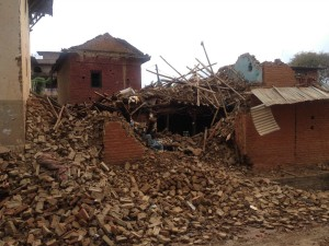 地震で家屋が倒壊してしまった人や、いまだ仕事に復帰できていない人もいる