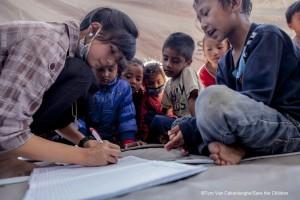 ネパール大地震被災地に開設した「子どもひろば」で絵を書く子どもたち(C)Save the Children