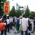 国会周辺で安保法案の廃案を訴えるデモ参加者=11日