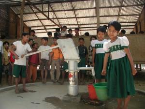 設置した井戸に集まる子どもたち(ミャンマーで撮影)。中央部の乾燥地帯は東京の3分の1程度の降水量で、観光地から離れた村では3~4km歩いて水を汲んでいたこともあった