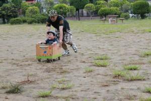 遊ぶ親子(日本で撮影)(c)セーブ・ザ・チルドレン