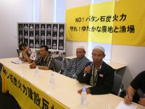 会見に臨むインドネシア・バタン地域の住民。右からチャヤディ氏、カロマット氏、ハキム氏=29日、都内で
