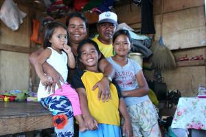 フィリピン中部レイテ島に暮らす家族(c)セーブ・ザ・チルドレン