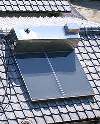 太陽熱温水器(Wikimedia Commons.)